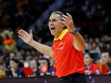 Scariolo protesta una acción en el partido de la selección española