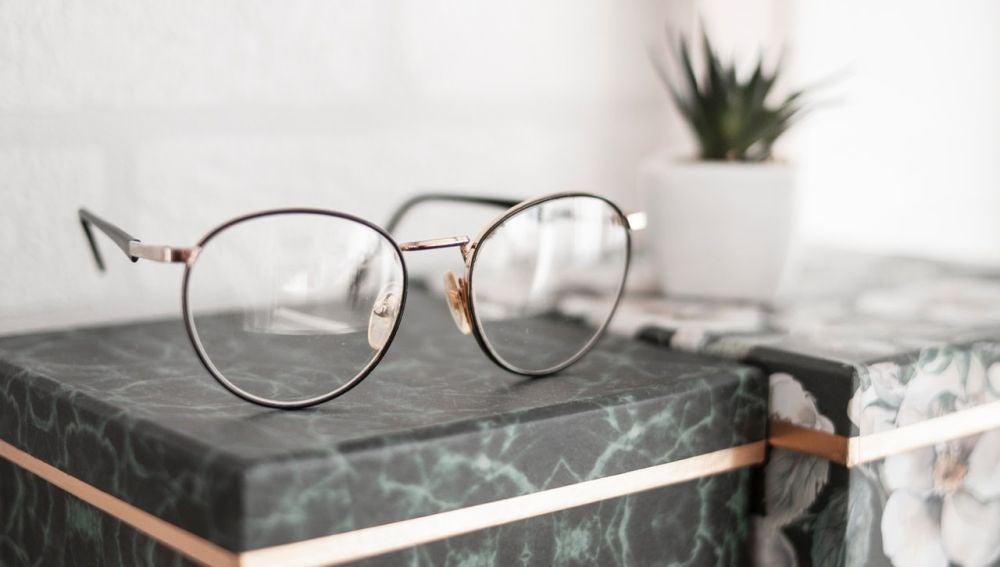 Así es cómo deberías limpiar tus gafas para que duren limpias mucho más tiempo