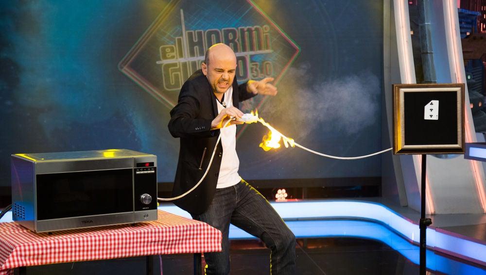 Jandro sorprende a Luis Tosar con una magia llena de palomitas en 'El Hormiguero 3.0'