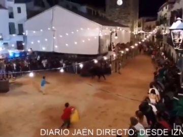 Un hombre resulta herido de gravedad en los encierros nocturnos de Iznatoraf (Jaén)