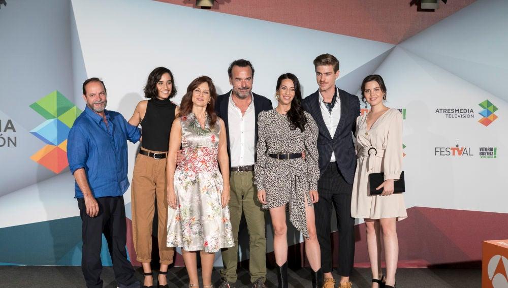 'El secreto de Puente Viejo' presenta su vuelta a los orígenes en el FesTVal de Vitoria con nuevos actores y decorados renovados