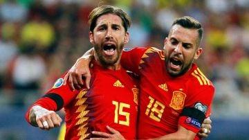 Sergio Ramos y Jordi Alba celebran un gol