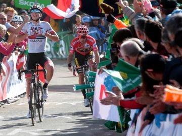 Tadej Pogacar celebra la victoria junto a Roglic