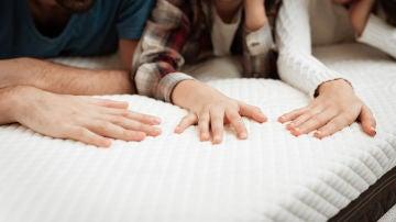 Familia en el colchón de la cama