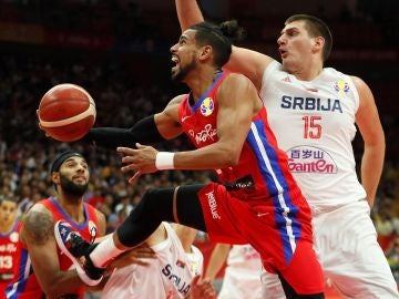 Nikola Jokic realiza un acción defensiva ante Puerto Rico