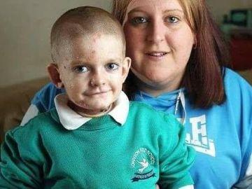 El pequeño Rhys Williams junto a su madre.