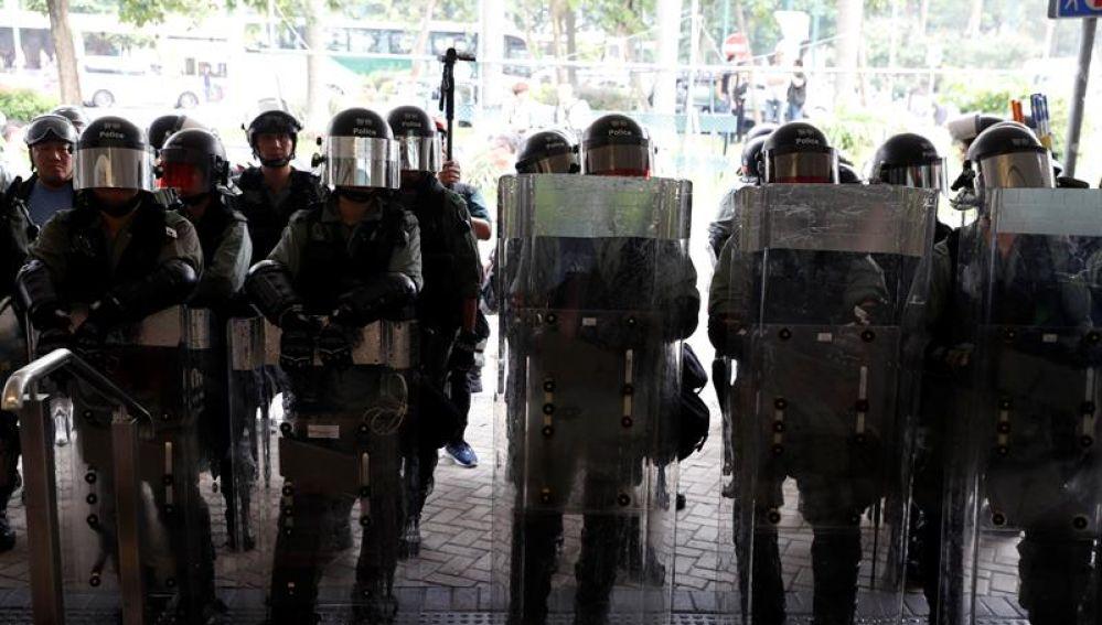 Policía en la puerta del aeropuerto de Hong Kong.