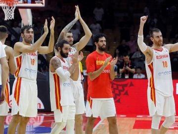 Los jugadores de la selección española celebran la victoria conseguida ante Serbia,