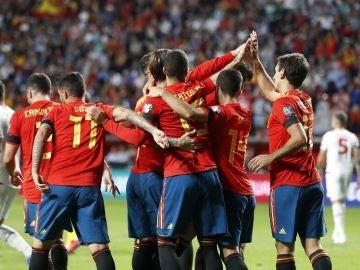 La Selección española de fútbol celebra un gol