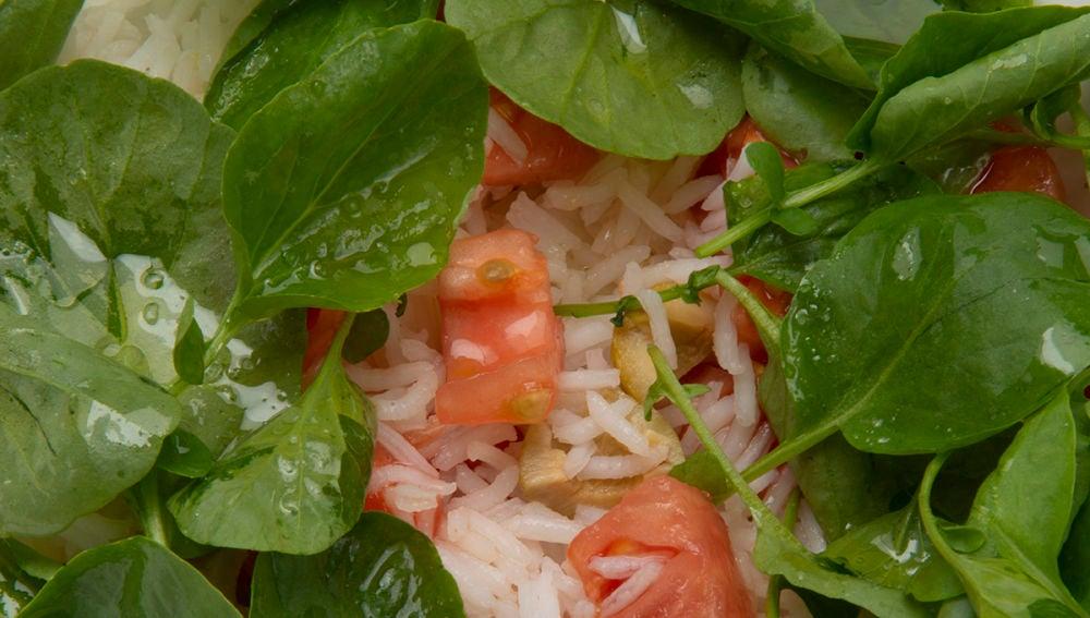 Receta Karlos Arguiñano: Ensalada de arroz, tomate y aceitunas