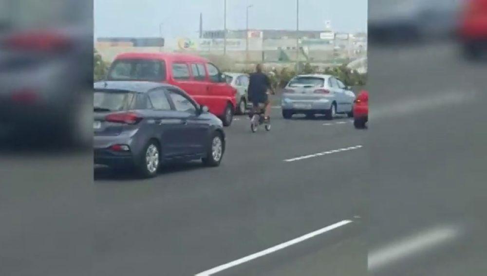 Graban a una joven circulando en bici por una autopista de Gran Canaria