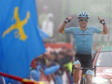 Jakob Fuglsang celebra su victoria en el Alto de la Cubilla