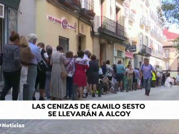 Miles de personas se despiden en Madrid a Camilo Sesto en la capilla ardiente