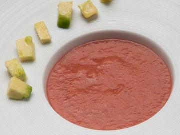 RECETAS: Salmorejo de tomate y cerezas con aguacate