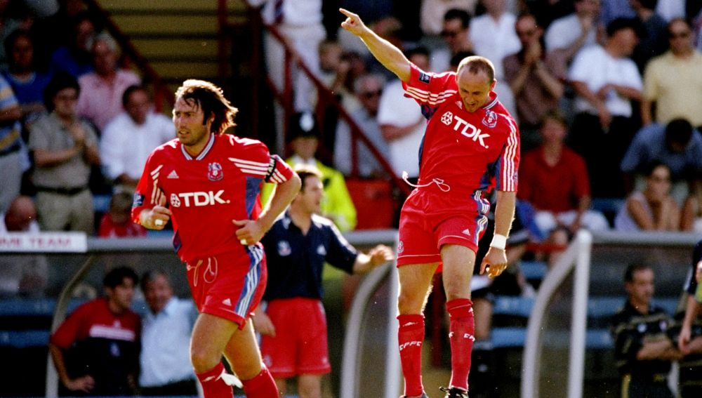 Sasa Curcic celebra un gol en su etapa como futbolista profesional