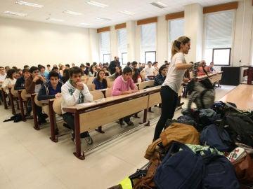 Una estudiante deja su mochila en el montón para evitar copiar antes del inicio del examen de selectividad en la Universidad de Valladolid