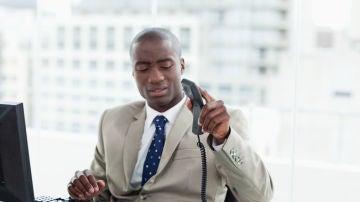 Un hombre colgando el teléfono enfadado