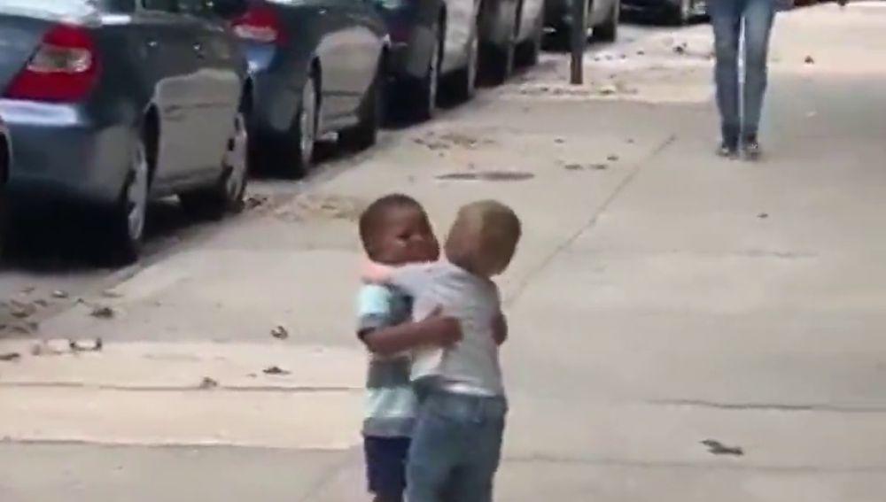 Emotivo reencuentro entre dos niños de dos años de edad