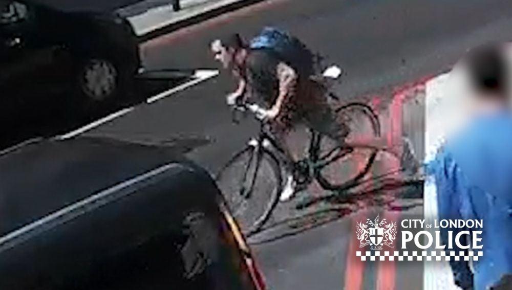 Ciclista propina un brutal cabezazo a un peatón