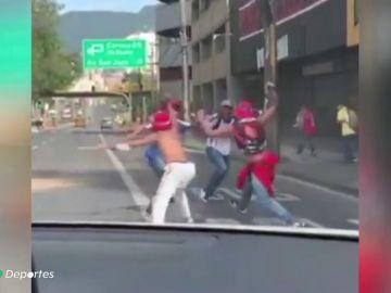 Escalofriante pelea a machetazos entre ultras colombianos en Medellín
