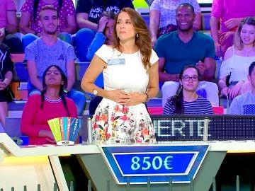 Una concursante compara uno de los paneles de 'La ruleta de la suerte' con un parto