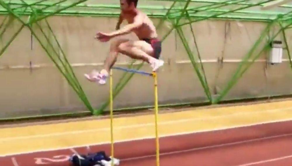 El espectacular calentamiento de Stefan Holm, campeón olímpico de altura en 2004: ¡Salta vallas de más de 1,80 en carrera!