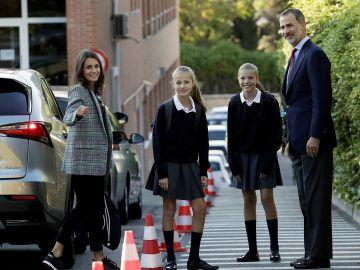 Los Reyes junto a sus hijas en su primer día de colegio