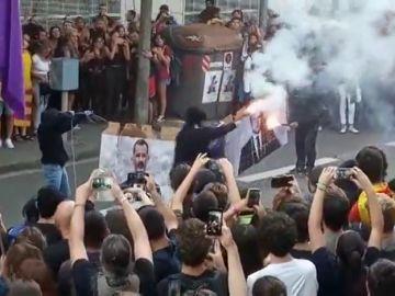 Los radicales queman fotos del Rey y Macron tras la manifestación de la Diada