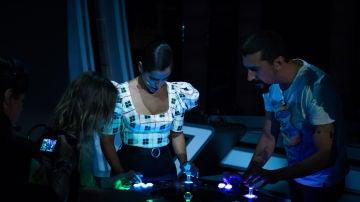Inma Cuesta y Mafalda Carbonell alucinan con los hologramas 3D de Voxon Photonics en 'El Hormiguero 3.0'
