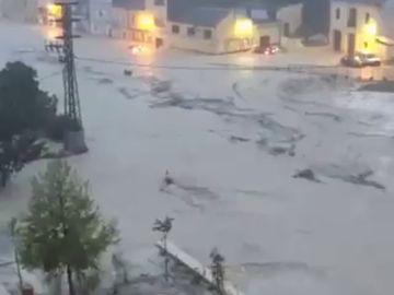 El río Clariano se desborda a su paso por Onteniente por las fuertes lluvias