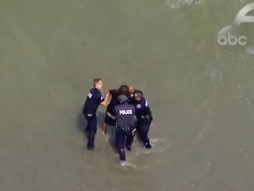 Detención en una playa de Los Ángeles