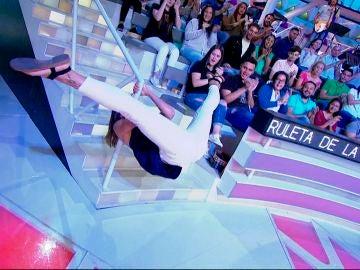 La campeona de 'pole dance' de España hace una demostración en la barandilla de 'La ruleta de la suerte'