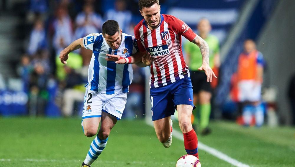 Saúl Ñíguez y Joseba Zaldua durante el partido entre la Real Sociedad y el Atlético de Madrid