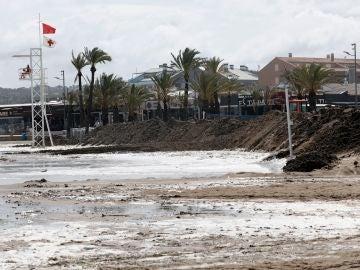 Levantan un muro de arena en la playa de Jávea por las fuertes lluvias