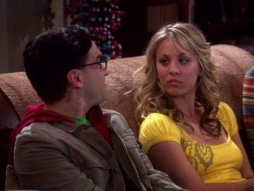 Kaley Cuoco y Johnny Galecki como Penny y Leonard en 'The Big Bang Theory'