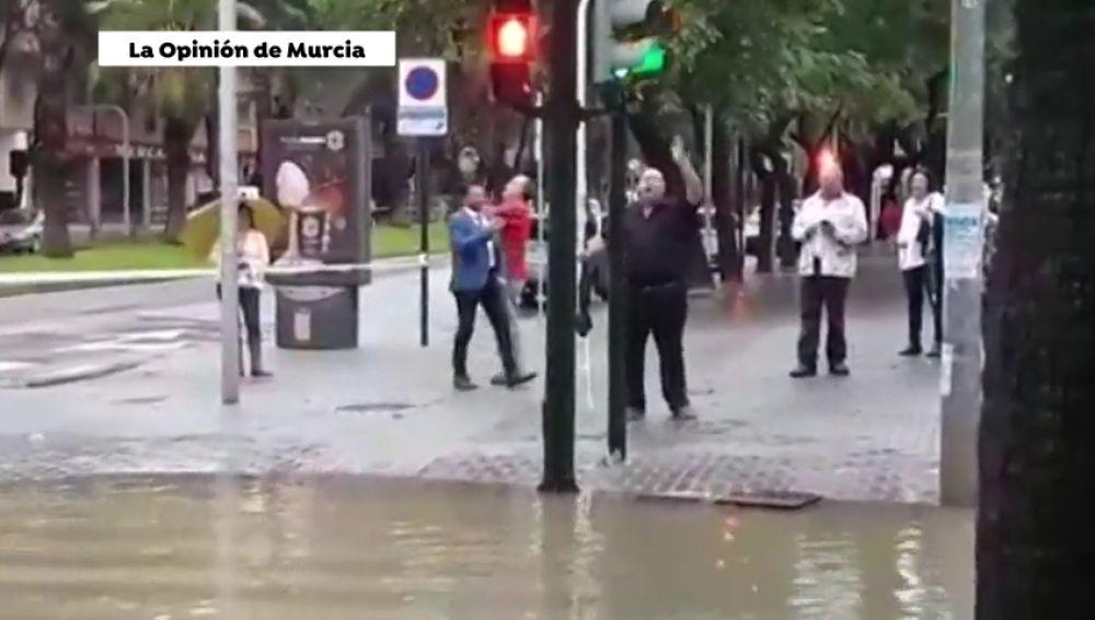 Se unen para cantar el himno de Murcia en mitad de la tragedia provocada por la gota fría