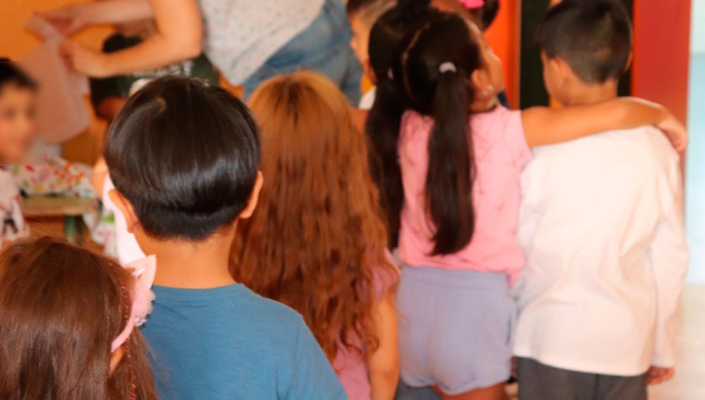 Niños en la fila del colegio.