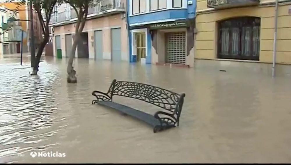 El río Segura se desborda a su paso por la ciudad alicantina de Orihuela