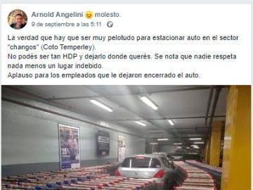 Post que muestra el coche aparcado rodeado de carritos