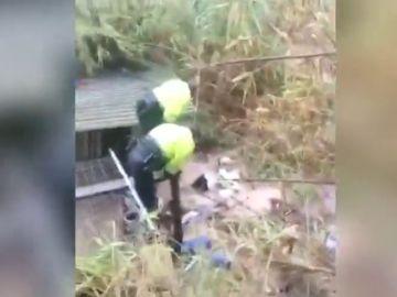 Rescatan a dos policías tras la crecida del río Canyoles en Valencia