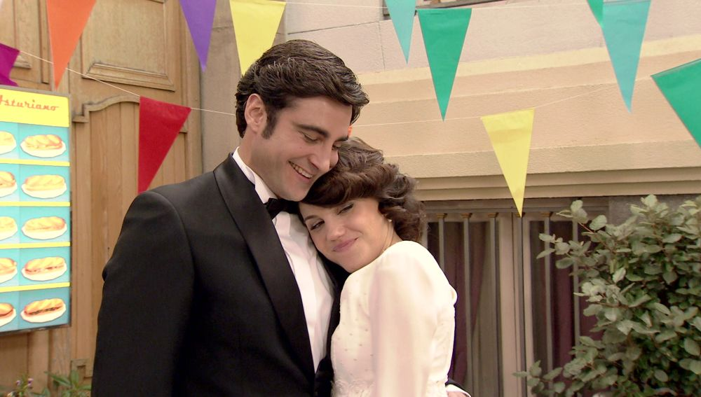 'Amar es para siempre': El 'sí, quiero' de Álvaro y Nieves en una original boda laica en la Plaza de los Frutos