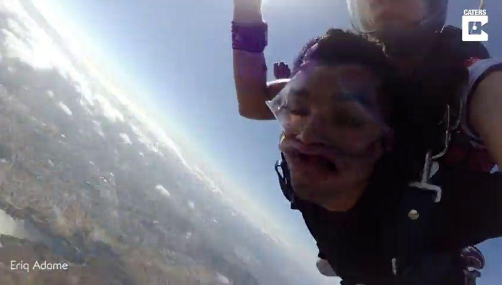 VÍDEO: Un marine de Estados Unidos se desmaya tres veces seguidas mientras hacía paracaidismo