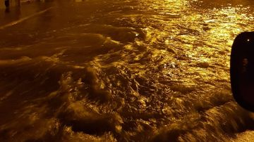 Una de las calles de El Rincon de los Pablos de Crevillent enegadas por el agua de madrugada.