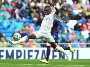 Vinicius jr. controla el balón durante el partido ante el Levante