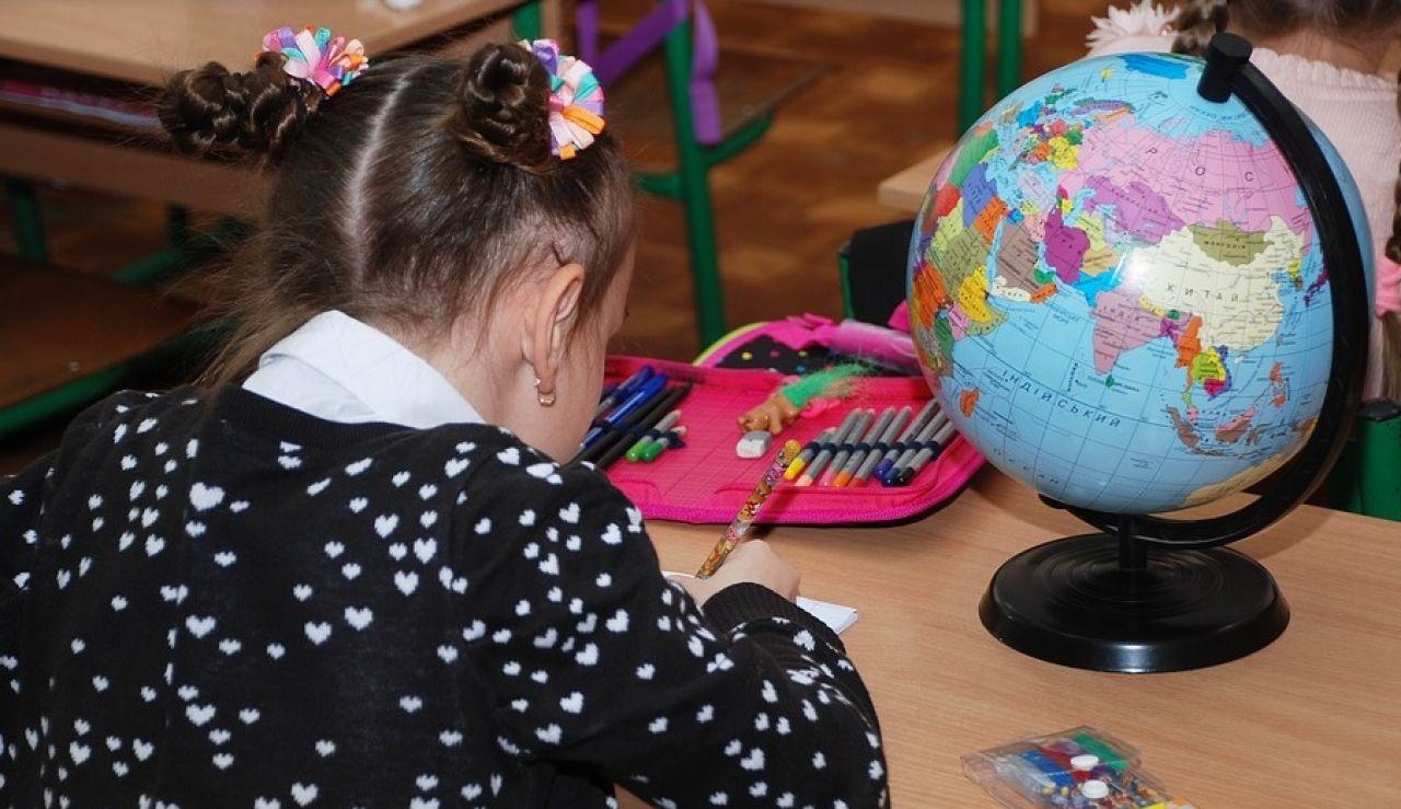Imagen de archivo de una niña en un colegio