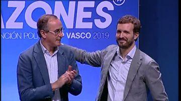 El líder del PP vasco, Alfonso Alonso, junto a Pablo Casado