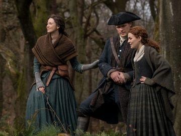 Caitriona Balfe, Sam Heughan y Sophie Skelton en 'Outlander'