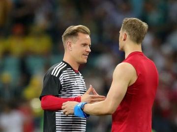 Ter Stegen saluda a Manuel Neuer