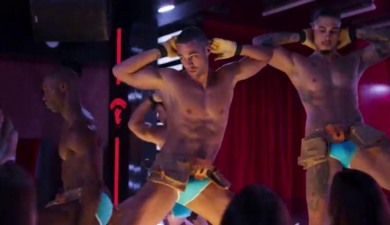 De futbolista a actor de moda: el striptease de Jesús Mosquera en 'Toy Boy'