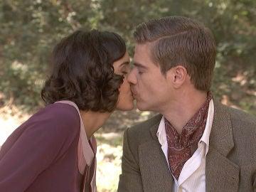 'El secreto de Puente Viejo': Rosa y Adolfo se besan a escondidas de todos